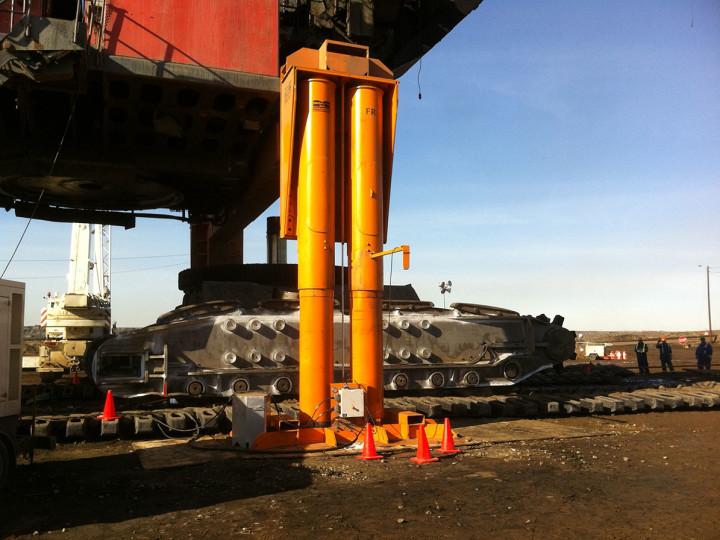 El par de cilindros hidráulicos se comparten el peso normalmente, pero cada uno está diseñado de forma a poder soportar plena carga.