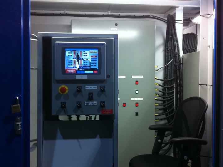 """El sistema de control de MEGALIFTER® respeta la norma ISO 13849-1 que """"proporciona requisitos de seguridad y orienta sobre los principios de diseño e integración de las partes relacionadas con la seguridad de sistemas de control (SRP / CS). Además, el marcador numérico de alimentación evita que los operadores abran el panel de alimentación durante la operación."""